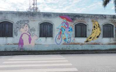 An empty building in a prominent location of Morretes was coloured with various small pieces of streetart.