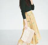 【明日なに着る?】秋色タートルニットのコーデ。花柄スカートも大人っぽく