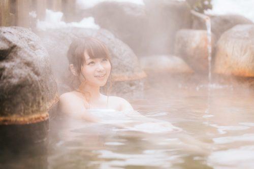 日々の疲れを癒したい!「誰と温泉に行きたいですか」20代男性の44%は「ひとりで」ってマジ?