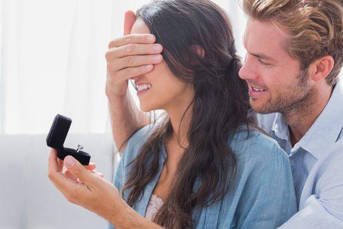 こんな婚約指輪はイヤ!正直「安い」と思ってしまう指輪の値段【女子の本音】