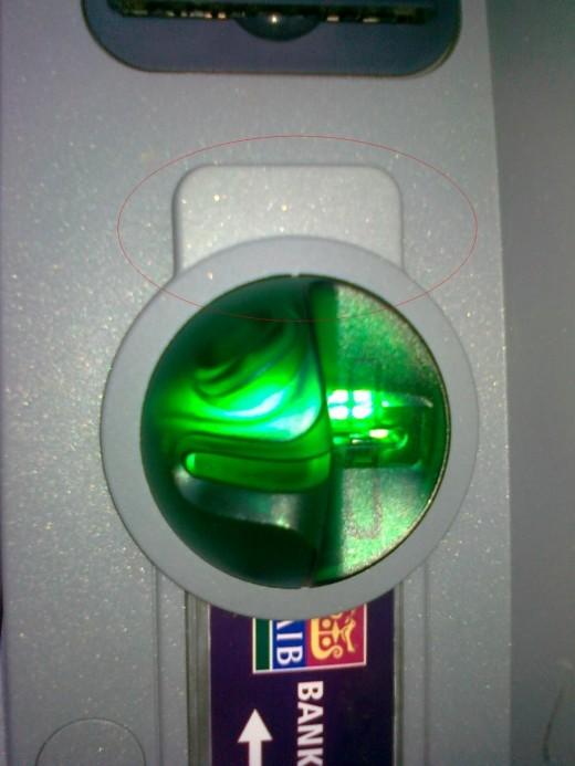 카드 투입구 부분에 부착된 카드 복제 장치