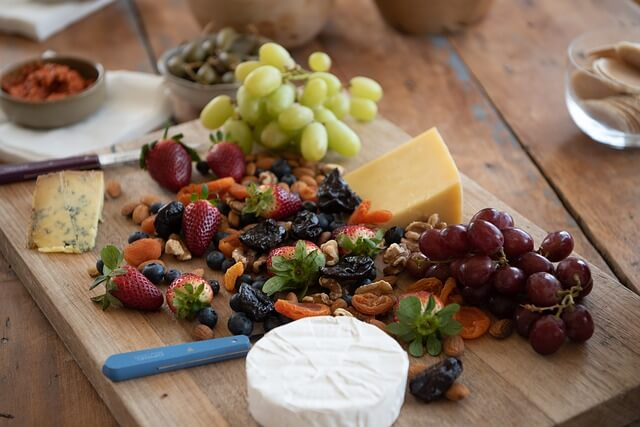 cheese platter 3750901 640 - 10 Tips om een Franse zomer thuis te beleven