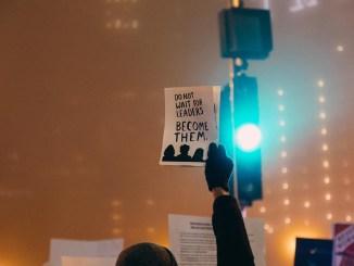 manifestante con cartello