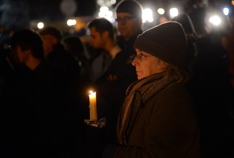 Люди собираются на молитву бдение в церкви St Rose следующие элементарные стрельбы в школе Newtown, Коннектикут.  (Emmanuel Dunand / Getty Images)
