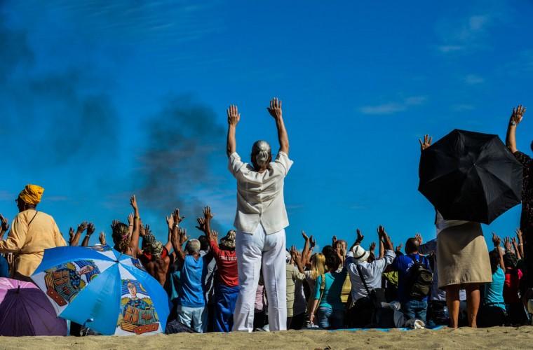 Кубинцы участие в Майя ритуал в Bacuranao пляже в восточной Гавана, Куба, 6 декабря 2012 года.  Майя лидеры были на Кубу для участия в конференции, обеспечивая выступлений и проведения церемоний для подготовки к началу новой эры.  (Alberto Роке / AFP / Getty Images)