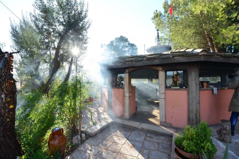 Dhuni, или священный огонь, ожоги на Bhole Баба духовного центра в Cisternino, Италия.  Cisternino является одним из немногих мест на земле считается, что пощадил, когда мир концы, которые некоторые интерпретации древнего календаря майя предсказывают, что 21 декабря 2012 года.  (Джузеппе / Cacace / AFP / Getty Images)