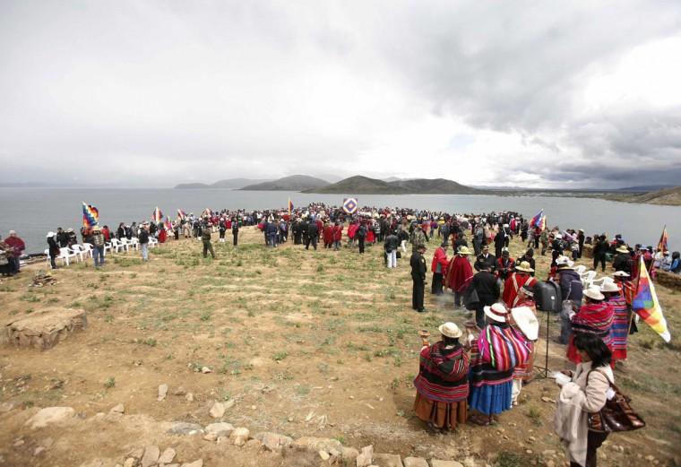 Коренные боливийцев и потомки майя принять участие в церемонии священного огня в Intja острове близ Ла-Пас на 16 декабря 2012 года.  Церемония состоялась первая из шести дней торжеств по случаю окончания календаря майя 21 декабря, которую некоторые считают, что конец света, но коренные боливийцы рассматривать как изменение времен.  (Gaston Брито / Reuters)