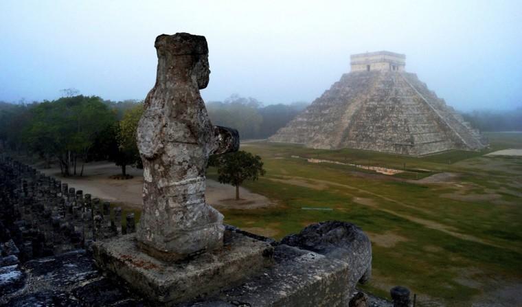 Майя Храм Кукулькана, пернатого змея и майя божество змея, видно на археологических раскопок Чичен-Ица, в южном мексиканском штате Юкатан.  В ожидании 21 декабря, конец целой эпохи в 5125 год календарь майя, тысячи сходятся на древних руинах на юге Мексики и в Гватемале.  Дата по-разному интерпретируется как конец дня, начало новой эры, или просто твердое оправдание для партии.  (Mauricio Марат / Национальный институт антропологии и истории (INAH) / Handout фото Reuters)