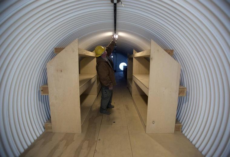 """Павел Сейфрид работает в бункере он строит для клиента в штате Юта Укрытие систем в Северной Солт-Лейк, штат Юта, 12 декабря 2012 года.  Цена приютов в диапазоне от $ 51800 до $ 64900.  Бункеры приобретаются или строятся на """"preppers"""", группа людей, активно готовится к серьезным катастрофам, как апокалипсис прогноз некоторые прогнозируемые на основе календаря майя.  (Jim Urquhart / Reuters)"""