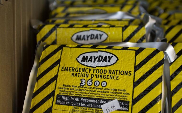 Сублимированные блюда, которые являются одним из основных продуктов preppers, заполнить стеллажи в стране Foods бабушки в Сэнди, штат Юта.  Preppers, группа людей, активно готовится к серьезным угрозам, в основном сбрасывать со счетов пророчество майя конец света календарь.  Тем не менее, многие готовятся к потенциальной катастрофы в конце года подходах.  (Jim Urquhart / Reuters)