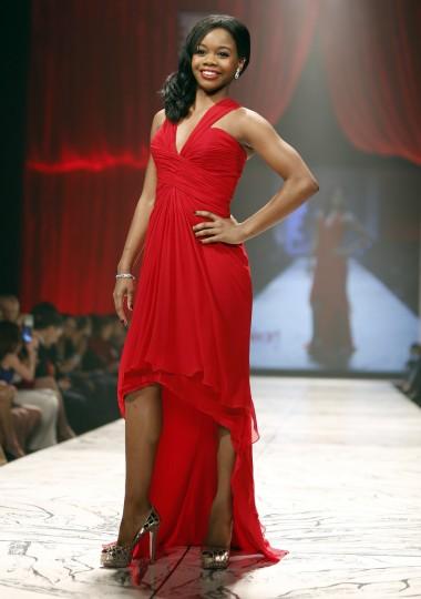 США олимпийское Габби Дуглас представляет собой создание в течение Heart Truth Red Dress в коллекции показе мод в Нью-Йорке.  (Carlo Allegri / Reuters)