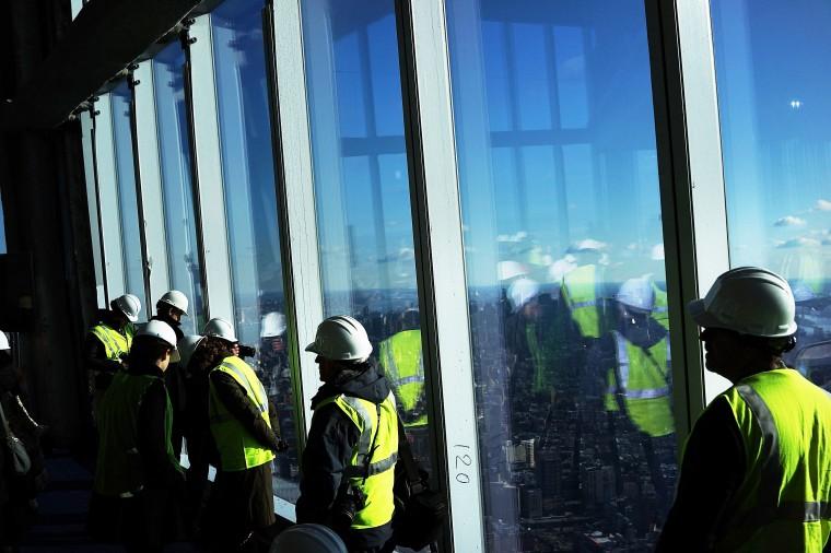 Посетители стоят у окна. Когда пространство откроется в 2015 году, будет включать в себя пре-шоу театр, несколько пробелов, которые позволяют панорамы Нью-Йорка региона и многочисленных ресторанов. (Спенсер Платт/Getty Images)