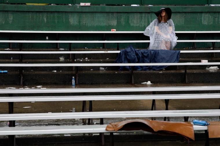 Поклонников гонки сидеть под дождем до 139-й ход дерби в Кентукки на ипподроме Черчилль 4 мая 2013 года в Луисвилле, штат Кентукки.  (Фото: Rob Carr / Getty Images)