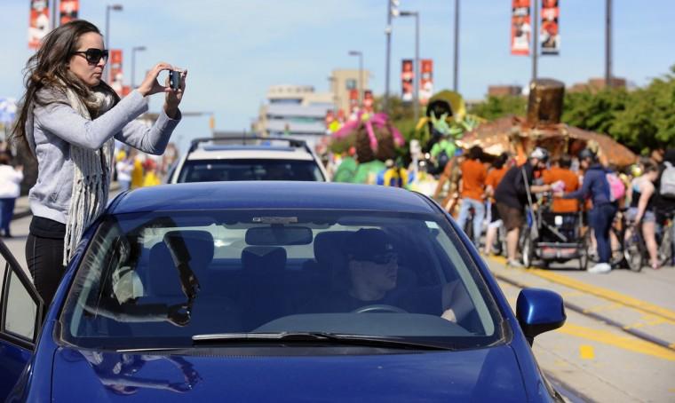 Коллин Perzan, Ноттингема, решил сфотографировать участников гонки в то время как застрял в пробке вызванных началом 15-й ежегодной гонки Кинетическая скульптура в американском Музее искусств провидцем.  (Kenneth K. Lam / Baltimore Sun Фото)