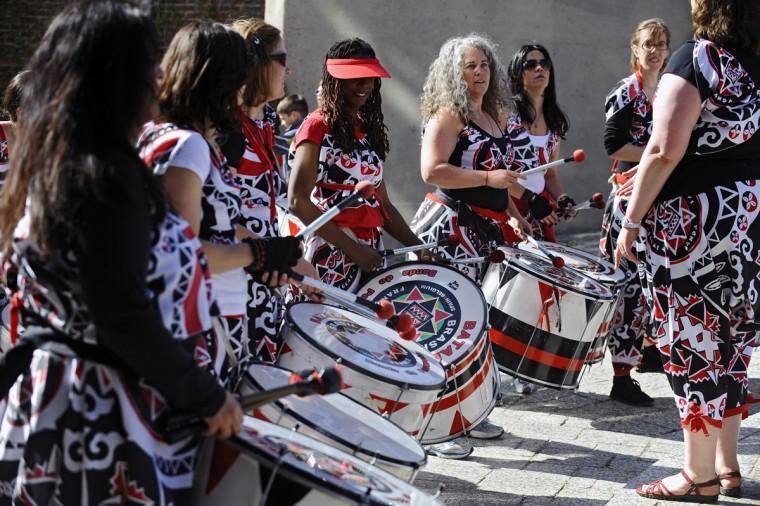 Члены полностью женской группе барабан Batala выполнить до начала 15-й ежегодной гонки кинетические скульптуры.  (Kenneth K. Lam / Baltimore Sun Фото)
