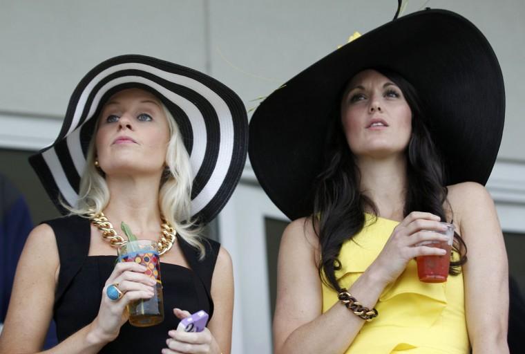 Гонка зрителей ждут функционирования 139-й Кентукки Дерби на скачках Churchill Downs в Луисвилле, штат Кентукки.  (Иоанн II Соммерс / Reuters)