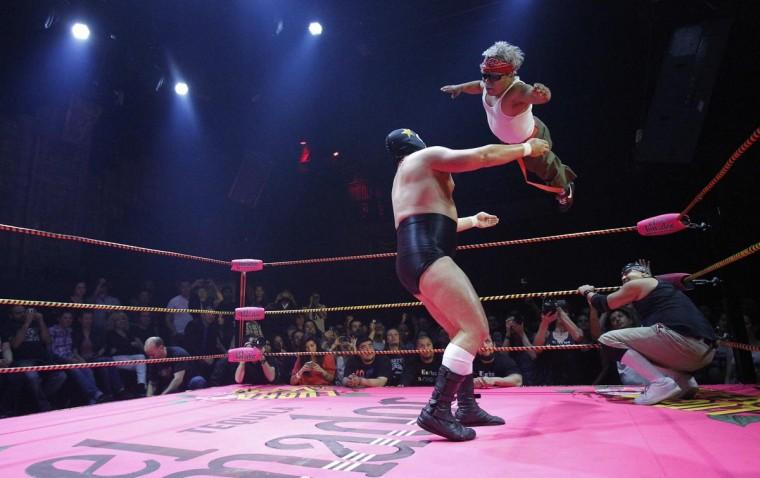 Луча Либре борцы Мэтт Classic (L) и Cholitito борьба во время шоу Lucha Vavoom как часть Синко де Майо празднования в майя театр в Лос-Анджелесе, Калифорния 5 мая 2013. (Mario Anzuoni / Reuters)