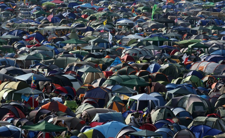 Палатки кемпинга заполнить поля на фестивале Гластонбери современного исполнительского искусства сайт на достойном Farm, Pilton на 26 июня 2013 близ Гластонбери, Англия.  (Matt Cardy / Getty Images)