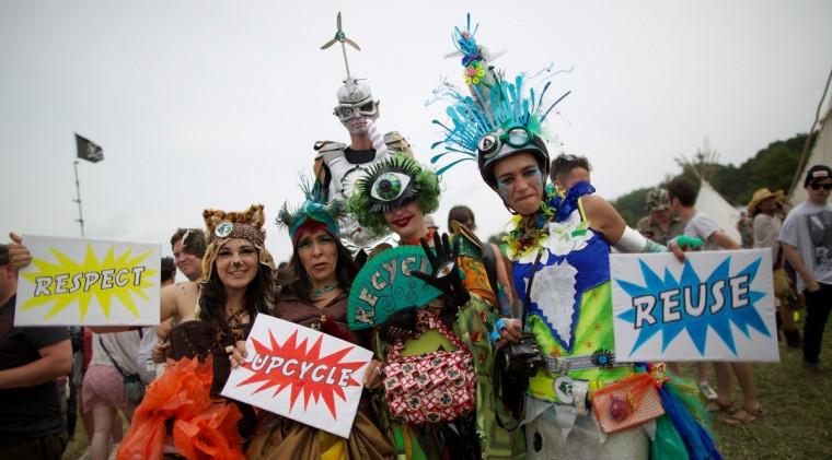 Посетителей фестиваля в костюмах позируют для фотографий на второй день фестиваля Гластонбери современного исполнительского искусства Glastonbury рядом, юго-западе Англии 27 июня 2013 года.  (Andrew Cowie / Getty Images)