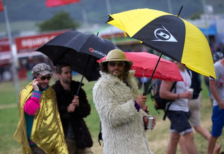 Фестиваля зрители ходят сайта на второй день фестиваля Гластонбери современного исполнительского искусства Glastonbury рядом, юго-западе Англии, 27 июня 2013 года.  (Andrew Cowie / Getty Images)