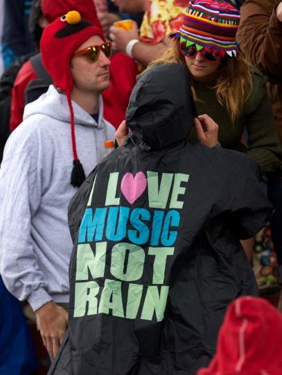 Фестиваля зрители собираются в баре на второй день фестиваля Гластонбери современного исполнительского искусства Glastonbury рядом, юго-западе Англии, 27 июня 2013 года.  (Andrew Cowie / Getty Images)