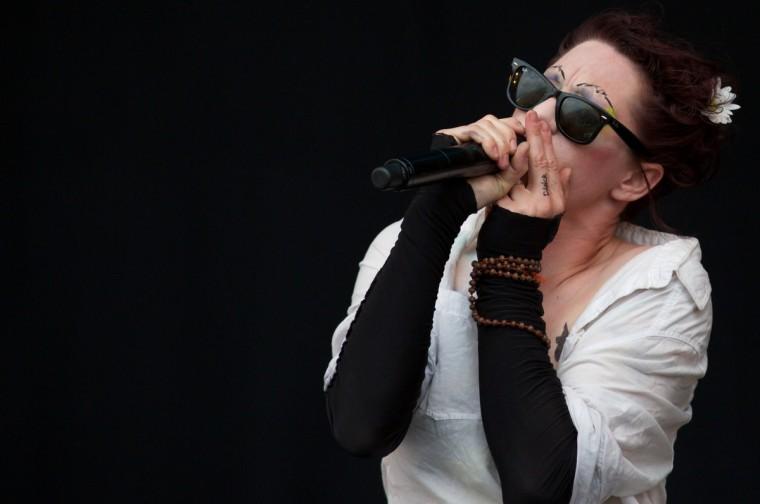 Американской певицы Аманды Палмер выполняет на пирамиде Шаг на третий день фестиваля Гластонбери современного исполнительского искусства Glastonbury рядом, юго-западе Англии 28 июня 2013 года.  (Andrew Cowie / Getty Images)