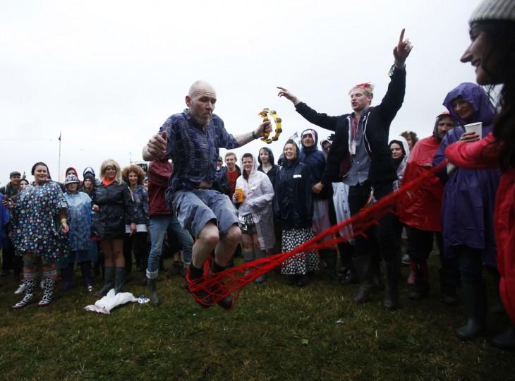 Музыкант Дэн Druy отрывается этап пропустить веревку с толпой на второй день музыкального фестиваля Гластонбери на достойном Ферма в Сомерсете, 27 июня 2013 года.  (Olivia Harris / Reuters)