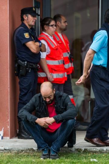 Родственники пассажиров, участвующих в аварии поезда ждать новостей в здании Cersia 25 июля 2013 года в Сантьяго-де-Компостела, Испания.  Катастрофа произошла в среду в 8:40 вечера, когда поезд подошел к северо-западной испанский город Сантьяго-де-Компостела, с 247 пассажирами на борту.  По меньшей мере 77 человек погибли и еще 131 были ранено.  Катастрофа произошла накануне главных религиозных Сантьяго-де-Компостела фестиваля, который был отменен должностными лицами города.  (David Ramos / Getty Images)
