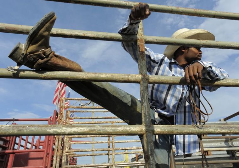 Ковбой Девон Уивер Portage, штат Пенсильвания, растягивается до быка верхом конкуренции.  (Lloyd Fox / Baltimore Sun)