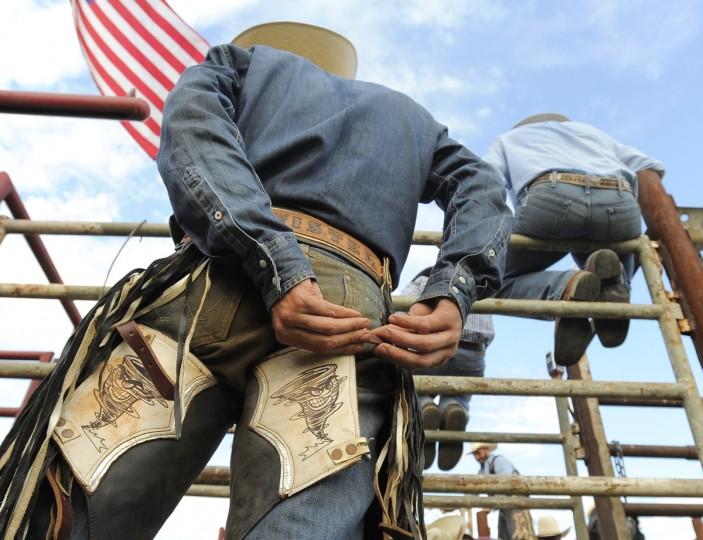 "Коул ""Twister"" Trivette из Канзаса готовится к его быка езду.  (Lloyd Fox / Baltimore Sun)"