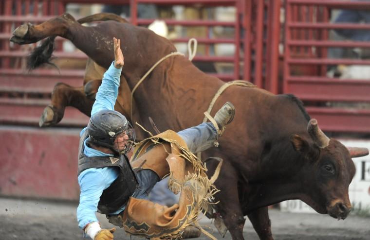 Джей Пичи выбрасывается от быка во время соревнований.  (Lloyd Fox / Baltimore Sun)