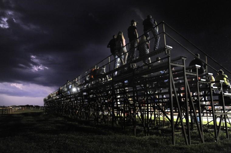 По мере усиления конкуренции продолжается после наступления темноты, ударов молнии на расстоянии, освещая небо.  (Lloyd Fox / Baltimore Sun)