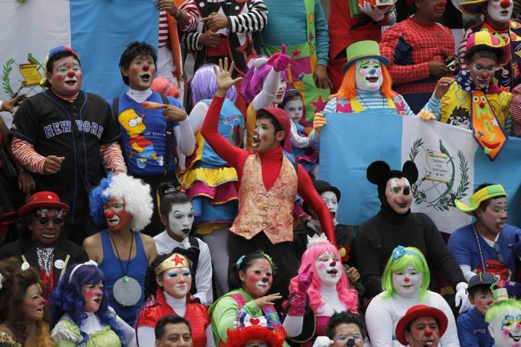 Клоуны собрались для группового фото после парада чтобы открыть Конвенцию 5-й ежегодный клоунов в городе Гватемала.  (Jorge Dan Lopez / Reuters фото)