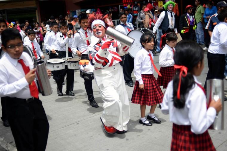 Клоун выступает во время парада в историческом центре столицы Гватемалы в рамках 5-го Латиноамериканского конгресса клоун.  (Johan Ордоньес / AFP / Getty Images)