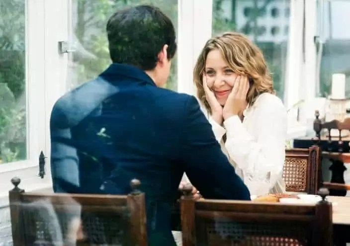 脈あり女性が男に出すサイン②「話にしっかり耳を傾ける」