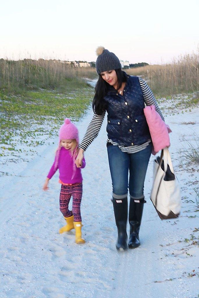 casual fall winter beach outfits hunter boots mutze hats puffer jacket