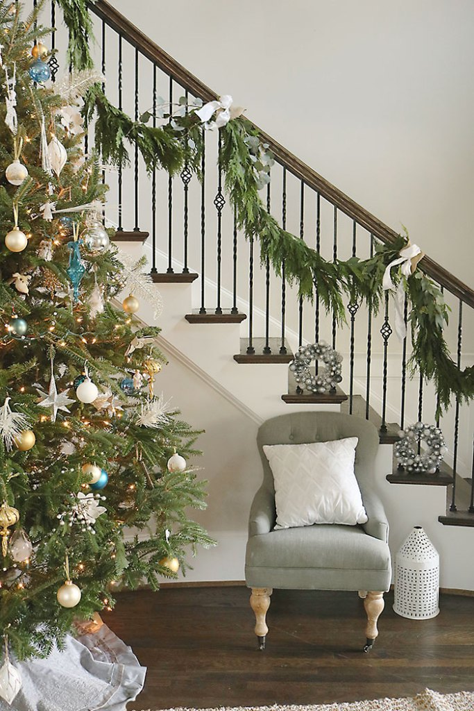 christmas-garland-swag-stairs