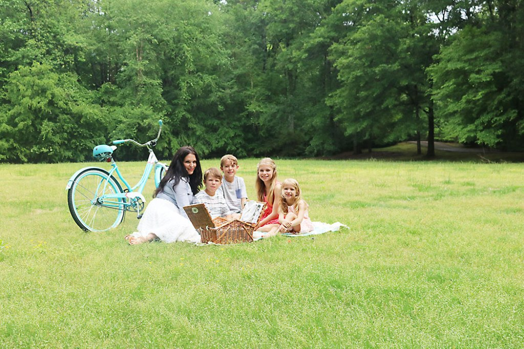 mother's-day-family-picture, mothers-day-picnic-family, picnic idea, quick picnic idea, picnic for kids, photography family picnic, mother's day, mom, picnic food ideas, picnic outfit for mom and family