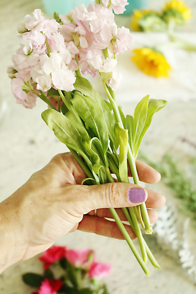 5-minute-flower-arrangment-smaller-flowers