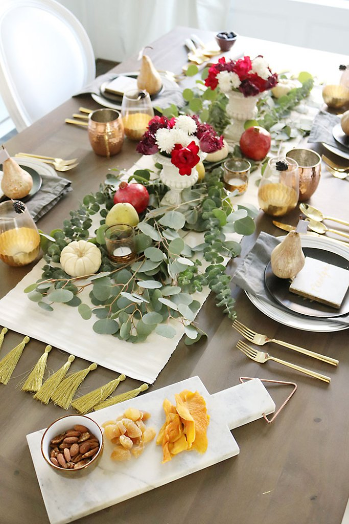 farm-to-table-thanksgiving-table-decor, farm-to-table-thanksgiving-flower-and-fruit, thanksgiving centerpiece, tablescape, organic raw, fresh fruit, autumn colors, pearls, metallic pears, thanksgiving table decor, name placement,