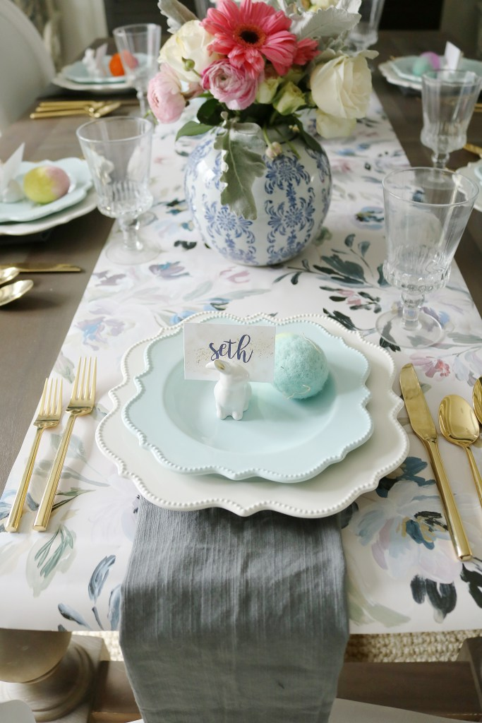 Easter table with blue and white ginger jars, spring flowers in vases and easter eggs || Darling Darleen #easteregg #eastertable