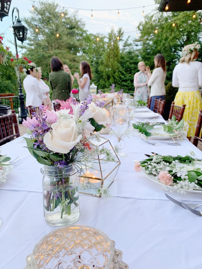 A summer solstice dinner party is the perfect way to gather friends and celebrate the longest summer day of the year and a good excuse to throw an elegant backyard celebration of midsummer.  Flower crowns table place setting.  || Darling Darleen