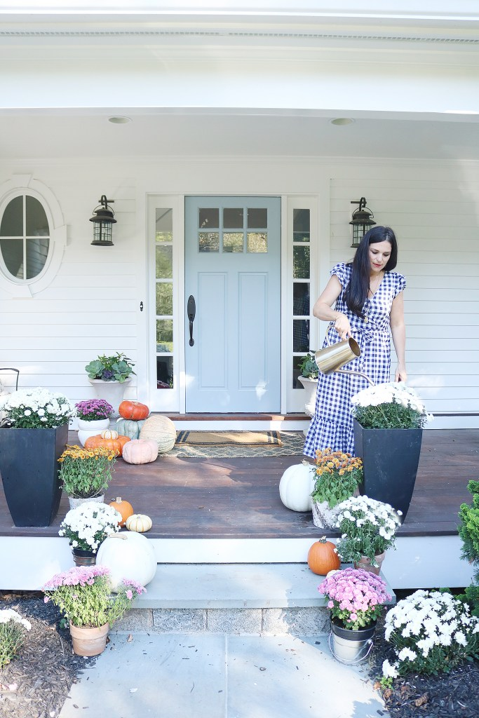 It's that time again to decorate with pumpkins and mums!  Sharing 5 Easy Fall porch ideas that will be warm, inviting and all about autumn. || Darling Darleen