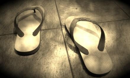 Ini Cara Benar Memakai Sandal dan Sepatu