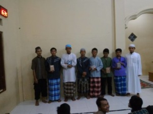 Para pemenang lomba mufradat IMT 1516 bersama para Asatidz Alumni Sudan