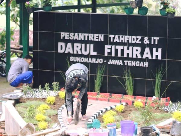 Pembenahan Taman Papan Nama ponpes Tahfidz Dan It Darul Fithrah