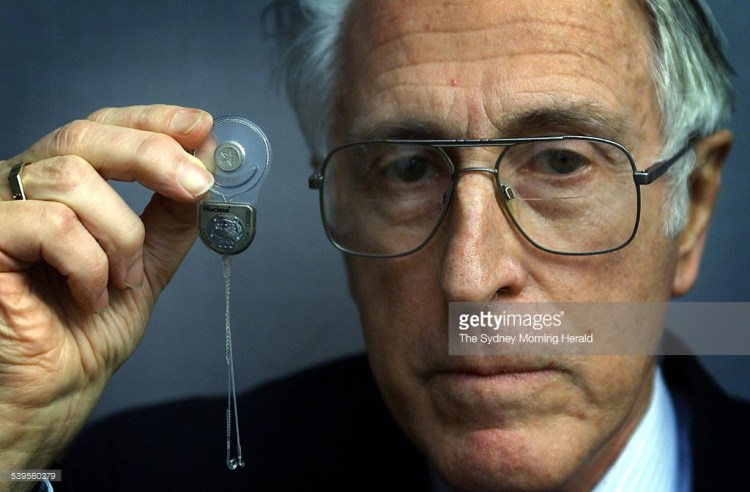 Prof. Graeme Clark și invenția sa (implantul cohlear multicanal)