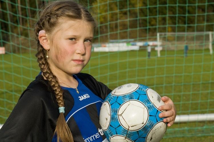 fata cu implant cohlear joaca fotbal