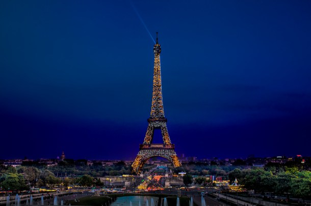 Best places to take pictures in Paris - La Tour Eiffel la Nuit by darwin. Eiffel Tower, Paris. Taken with a Canon 6D and Canon EF70-200mm f/2.8L IS USM lens.