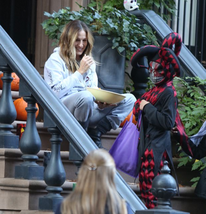 Sarah Jessica Parker has reason to smile again as she hands out candy to trick or treaters surrounded by new pumpkins.